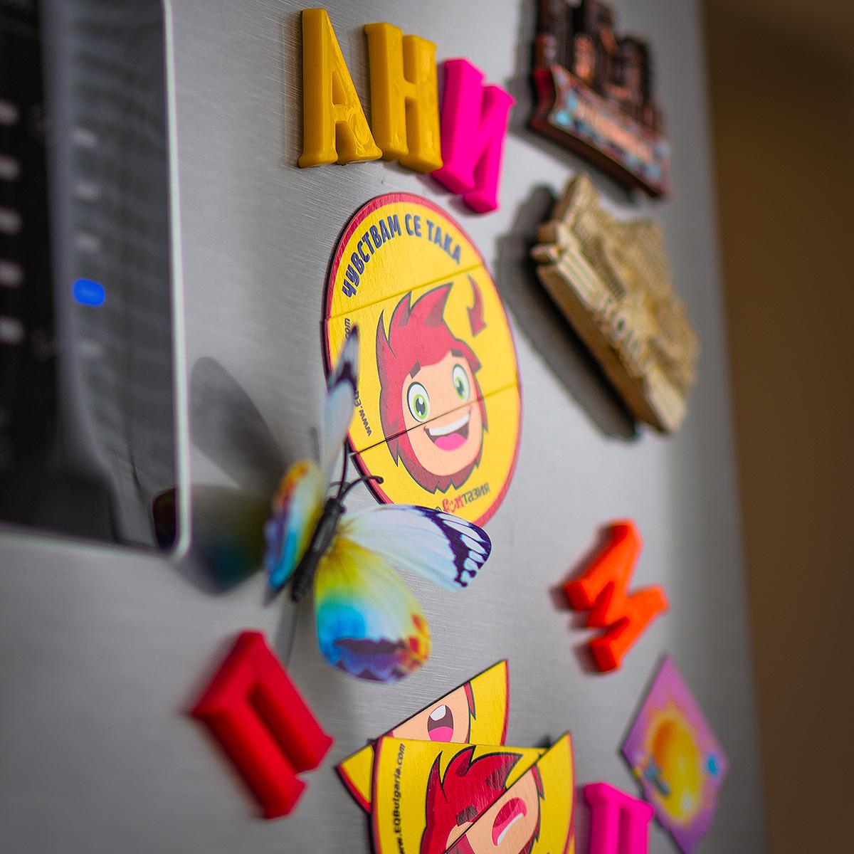 Магнитният комплект може да се постави върху хладилника в дома, за да може детето да го ползва ежедневно, изразявайки своите емоционални състояния чрез него.